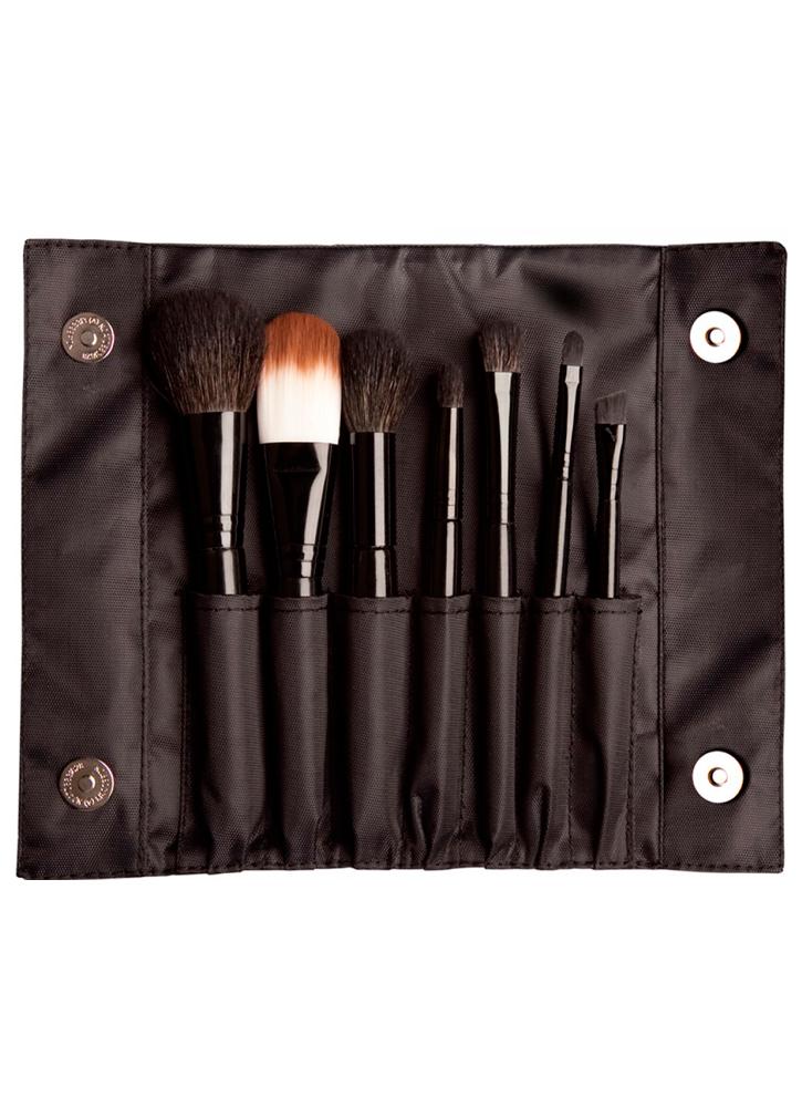 Набор синтетических кистей Brush SetКисти<br>В набор входит семь кистей для макияжа, которые подойдут для профессиональных визажистов или индивидуального пользования. В удобном чехле вы найдете:кисть для пудры, плоскую кисть для тональной основы,кисть для румян, круглую и плоскую кисти для теней, кисть для губ, скошенную кисть для бровей или подводки.<br>